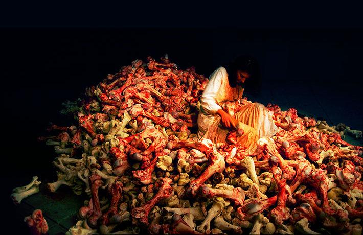 Месяц на стуле и две недели без еды: Марина Абрамович и ее лучшие акции